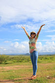 молодые азиатские женщины стоя в поле и поднимая вверх руку с ницца эмоций — Стоковое фото