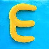 żółte gliny alfabet litery e — Zdjęcie stockowe