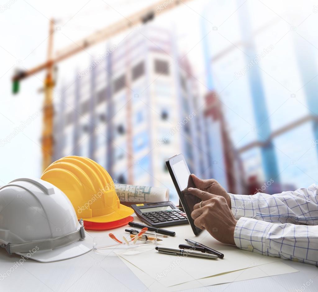 Mano del arquitecto trabajando en mesa con tablet pc y for Mesa de trabajo para arquitectos