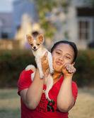 Meisje en pommeren hond spelen in park — Stockfoto