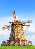 Beautiful wind mills on green grass field against natural blue s — Stock fotografie