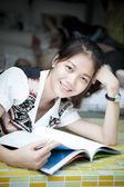 Retrato de mujer asiática joven atractiva — Foto de Stock