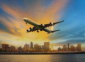 利便性空気用の都市シーンの上を飛んで旅客機 — ストック写真