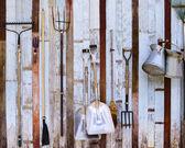 Gården verktyg pitchfork och två skyfflar mot gamla trävägg användning — Stockfoto