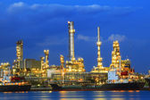 Heavy industry land scape of petrochemical refinery plant  with — 图库照片