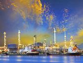 Tanker schip en petrochemische olie raffinaderij-industrie plant met b — Stockfoto