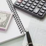 pila di banconota e calcolatrice penna sul taccuino — Foto Stock #49144113