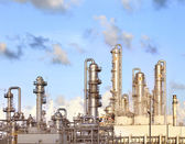 Refinery petrochemical plant in heavy industry estate — Photo