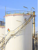 RFM extract chemicals tank strorage in petrochemical refinery pl — Stockfoto