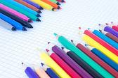 Il feltro di penne e matite, disposto diagonalmente — Foto Stock