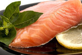 The plate with the appetizing salmon, basil and lemon — Stock Photo