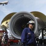 Airplane mechanics and jet engines — Stock Photo