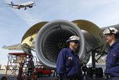 Uçak mekaniği ve jet motorları — Stok fotoğraf