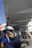 Mechaniker, die betankung großes verkehrsflugzeug — Stockfoto