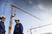 Costruzione, gru e operai di costruzione — Foto Stock