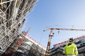 Surveyor binnen grote bouwplaats — Stockfoto