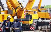 строительные рабочие и гигантских мобильных кранов — Стоковое фото
