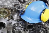 Hardhat, engineering parts, gears and cogs — Foto Stock