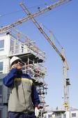 Trabalhador de edifício, falando por telefone — Fotografia Stock