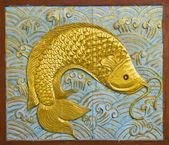 Fish carve gold paint — Stock Photo