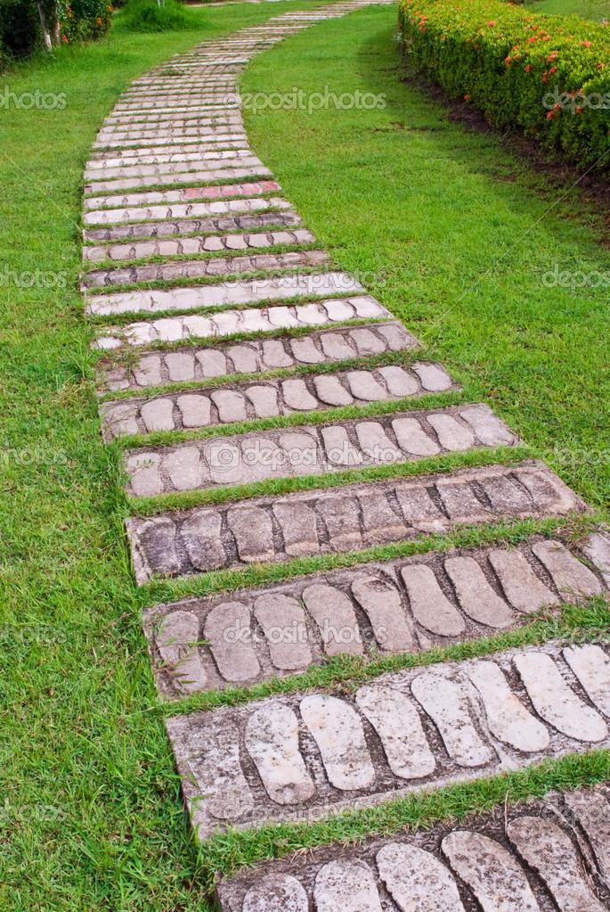 Camino piedra del jard n fotos de stock wuttichok for Camino de piedra en el jardin