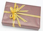 Schwarzer geschenkbox mit weißer balken befestigt gold ribbon — Stockfoto