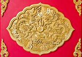 Golden dragon inredda på röda trä vägg, kinesisk stil i thailändska t — ストック写真