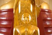 Złoty posąg buddy w świątyni — Zdjęcie stockowe