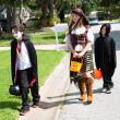 Neighborhood Kids Trick or Treat - Stockfoto