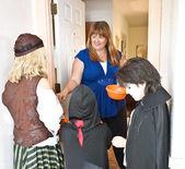 Repartiendo caramelos de halloween — Foto de Stock