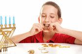 Comiendo chocolate gelt en hanukkah — Foto de Stock