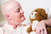 Paciente com câncer confortado pelo urso de pelúcia — Fotografia Stock