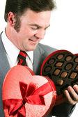 Hombre se hace chocolate para el día de san valentín — Foto de Stock