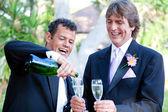 Para gejów - szampan splash — Zdjęcie stockowe