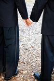 Homo bruidegoms hand in hand — Stockfoto