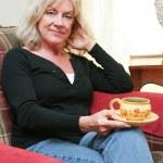 femme d'âge mûr se détendre à la maison — Photo