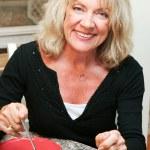 femme d'âge moyen en bonne santé, manger salade — Photo