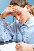 Garçon de l'école se concentre sur test standardisé — Photo