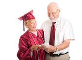 Fier diplômé supérieur avec le soutien conjoint — Photo