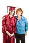Средней школы выпускник и горд мама вертикальный — Стоковое фото