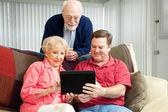 Undervisa seniorer att använda Tabletpc — Stockfoto