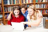 Biblioteca - estudiantes en computadora — Foto de Stock