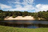 пейзаж - луг, голубое небо и река — Стоковое фото