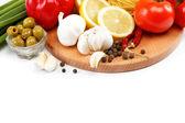 Ställa in färska grönsaker med olivolja isolerad på vit bakgrund — Stockfoto