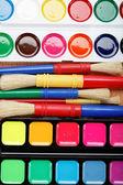 Barvy a štětce na dřevěný stůl. — Stock fotografie