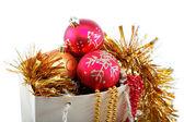 Juldekorationer i en presentpåse, isolerad på vita bak — Stockfoto