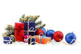 Juldekorationer och presenter på vit bakgrund. — Stockfoto