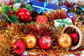 Yılbaşı süsleri ve hediyeleri beyaz zemin üzerine — Stok fotoğraf