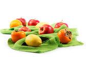 Yeşil kumaş üzerine farklı taze meyve kümesi. — Stok fotoğraf