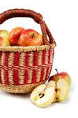 Jablka v košíku na bílém pozadí. — Stock fotografie